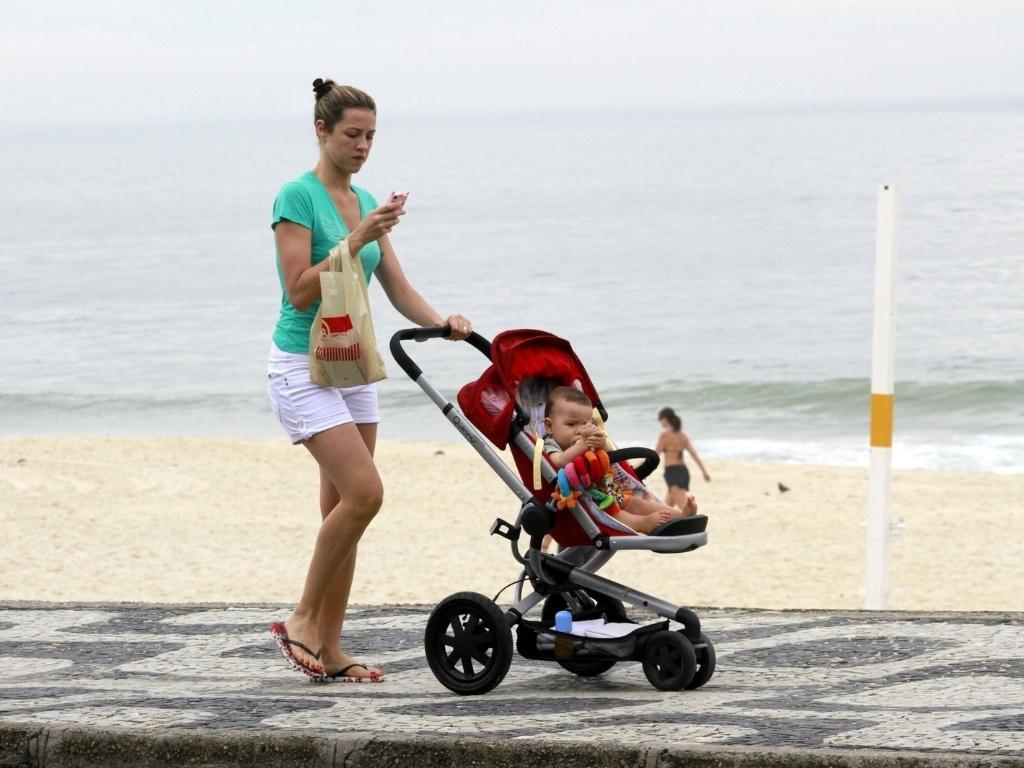 15.dez.2012 - Luana Piovani passeou com o filho, o menino Dom, pela orla da praia do Leblon, zona sul do Rio. Luana é casada com o surfista Pedro Scooby