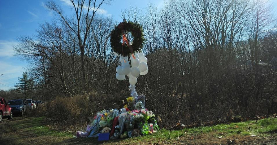 15.dez.2012 - Moradores de Newtown, Connecticut (EUA), depositam flores e bichos de pelúcia em memória das vítimas do massacre da escola primária Sandy Hook, onde um atirador matou 27 pessoas, entre elas 20 crianças, nesta sexta-feira (14). A tragédia chocou os Estados Unidos
