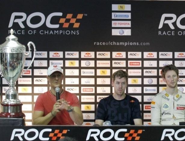 15.dez.2012 - Os pilotos da Fórmula 1 Michael Schumacher, Sebastian Vettel, Romain Grosjean e David Coulthard falam com a imprensa antes da Corrida dos Campeões, competição anual entre nações que reúne os melhores pilotos de várias modalidades do automobilismo e que ocorrerá na Tailandia em 2012