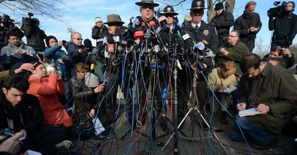 15.dez.2012 - Paul Vance, chefe policial do estado de Connecticut, dá entrevista coletiva para passar detalhes da investigação do massacre em escola primária na cidade de Newtown