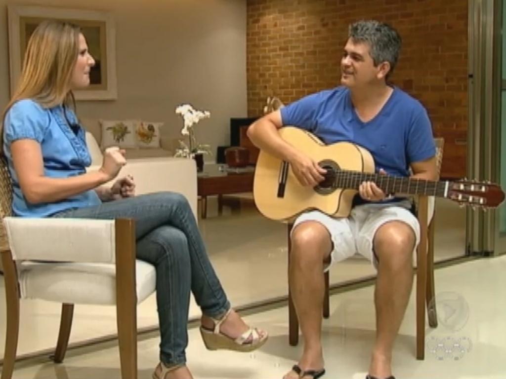 Ney Franco toca violão e canta em entrevista à Record