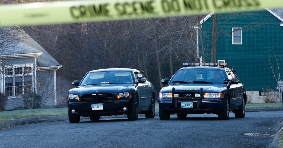 15.dez.2012 - Policiais isolam casa en que foi encontrada morta a mãe de Adam Lanza, principal suspeito que ser o autor do massacre em escola primária de Newtown, em Connecticut