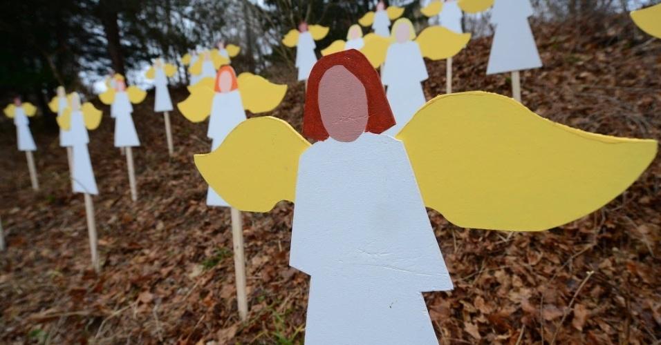 16.dez.2012 - As imagens de 27 anjos foram encravadas em colina de Newtown para simbolizar as vítimas de atirador