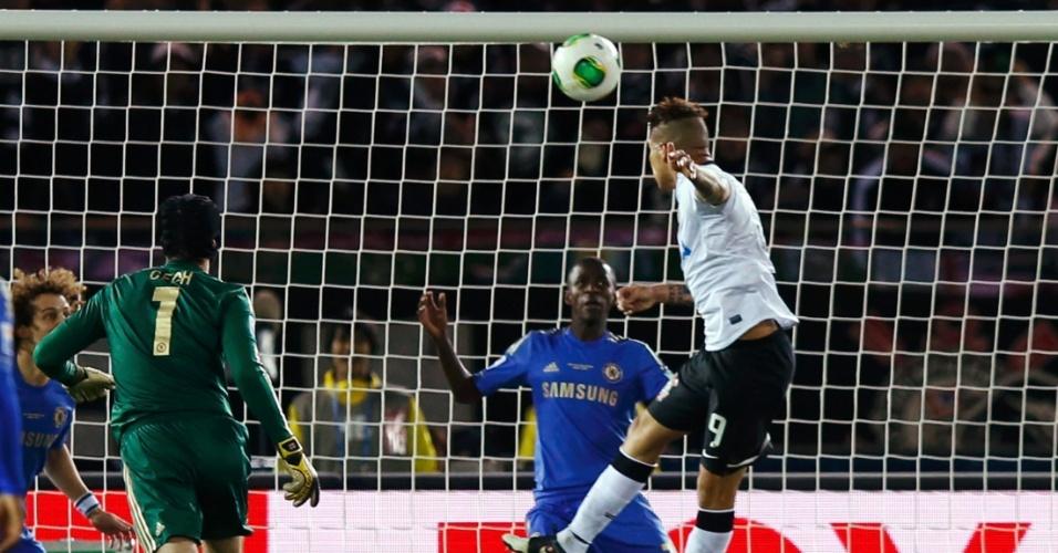 16.dez.2012 - Atacante Guerrero, do Corinthians, cabeceia para abrir o placar para o Corinthians contra o Chelsea, da Inglaterra, durante a final do Mundial de Clubes da Fifa, em Yokohama, no Japão
