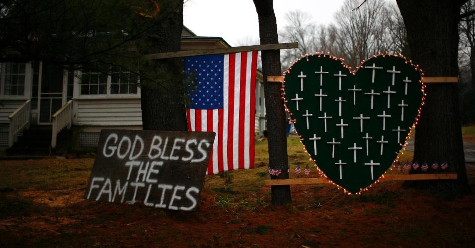 16.dez.2012 - Bandeira americana, um coração com cruzes e um cartaz com os dizeres