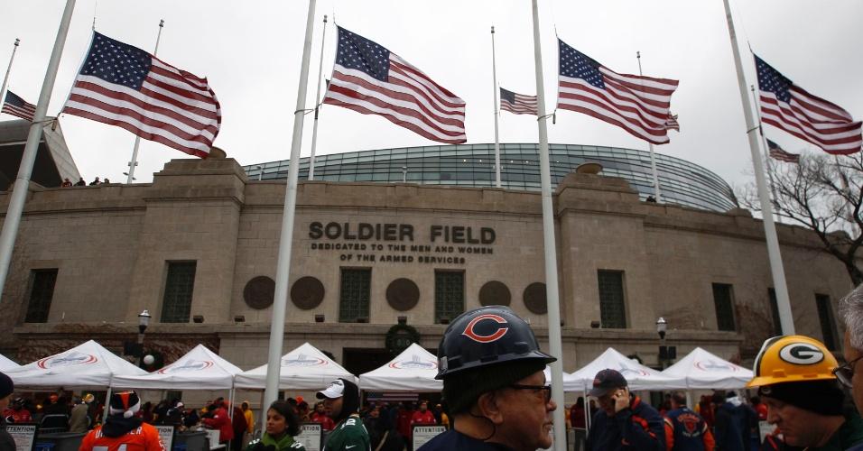16.dez.2012 - Bandeiras dos Estados Unidos ficam a meio-mastro em estádio de Chicago onde acontece jogo de futebol americano neste domingo (16). O ato é realizado em memória aos 26 mortos no massacre da escola Sandy Hook, em Newtown, Connecticut (EUA), na sexta-feira (14)