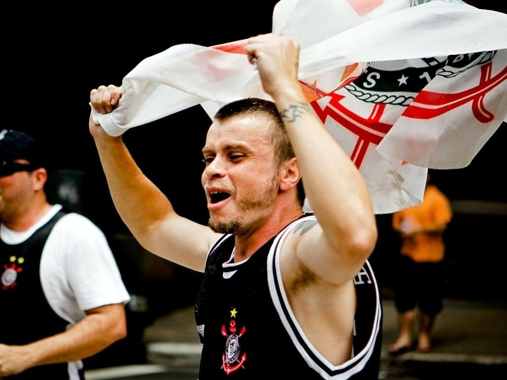 16.dez.2012 - Corintiano comemora a conquista do Mundial de Clubes com festa na Avenida Paulista, em São Paulo