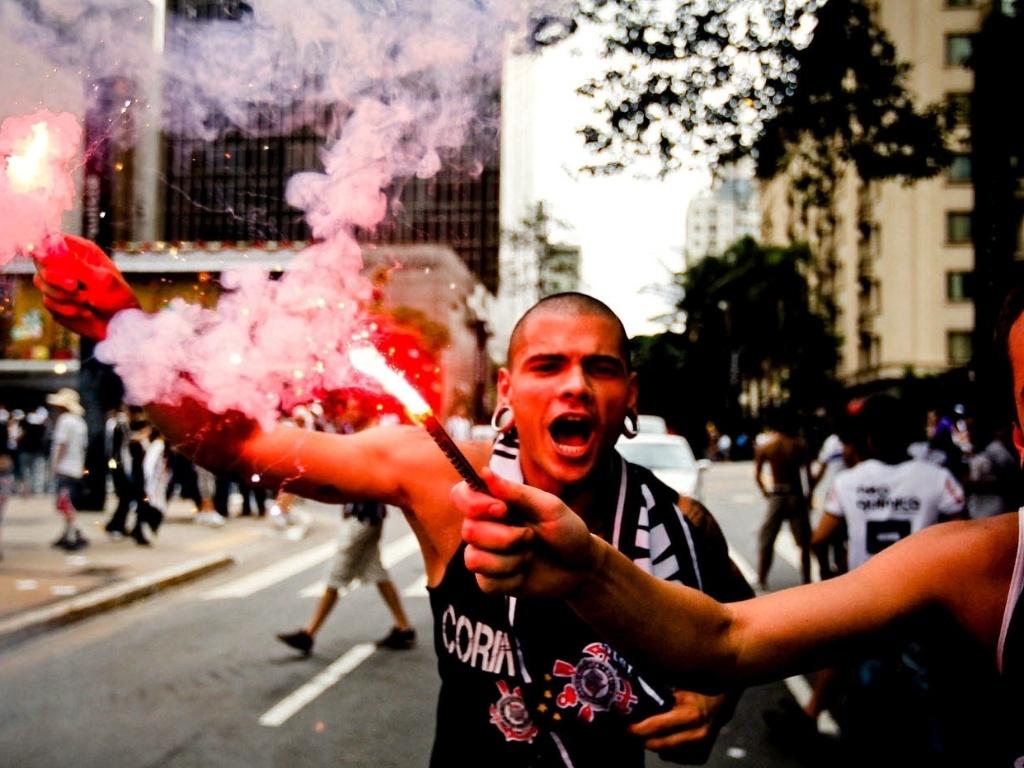 16.dez.2012 - Corintianos fazem festa com sinalizadores na Avenida Paulista, em São Paulo, após título mundial