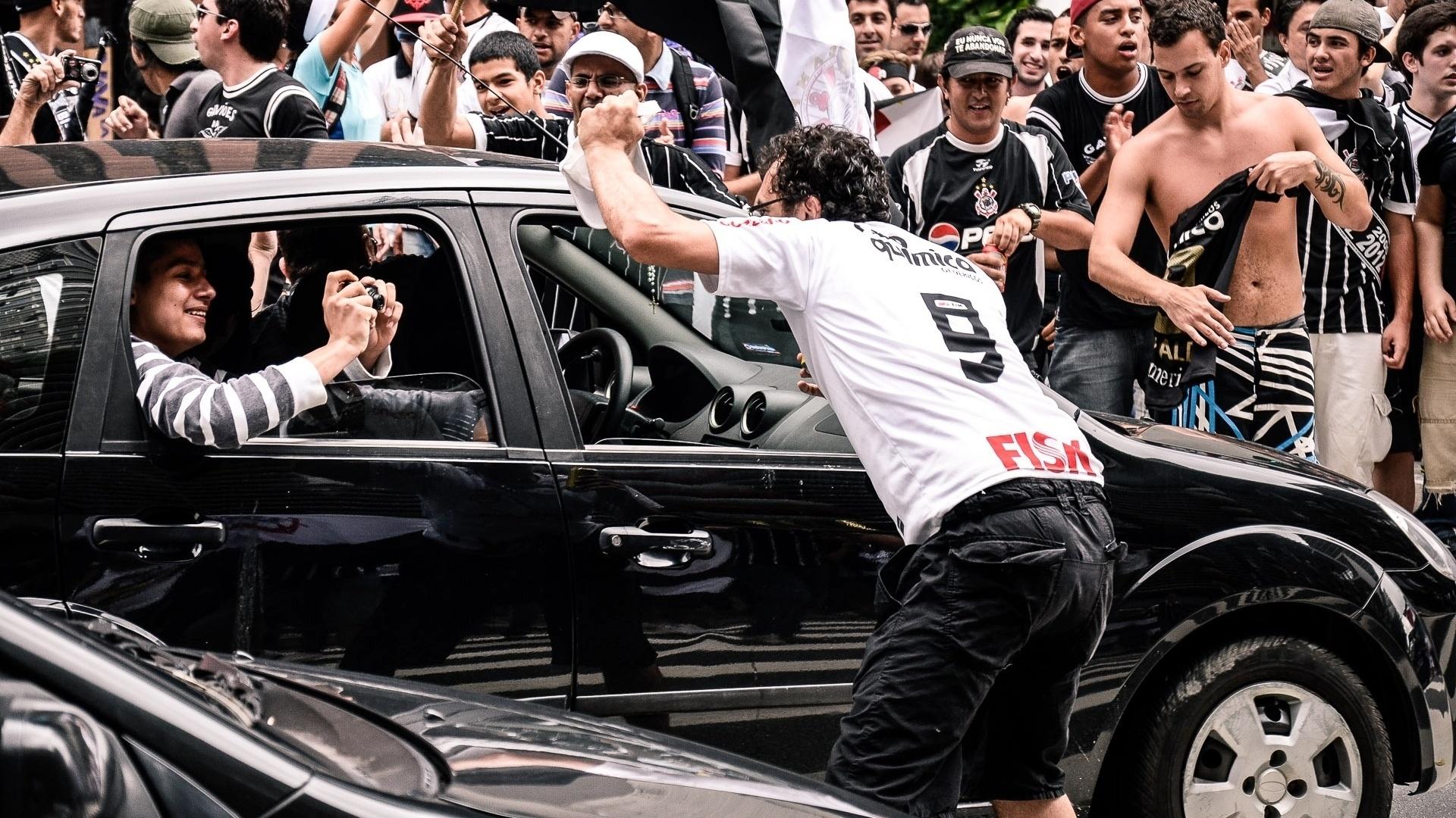 16.dez.2012 - Corintianos ignoram trânsito na Avenida Paulista e comemoram título mundial em Sâo Paulo