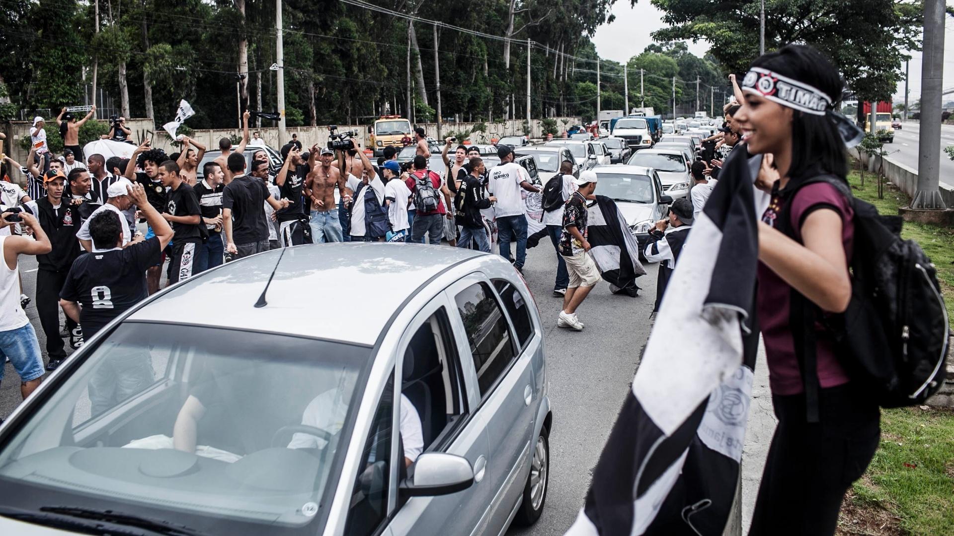 16.dez.2012 - Corintianos invadem rua perto da quadra da Gaviões e comemoram título mundial no Japão