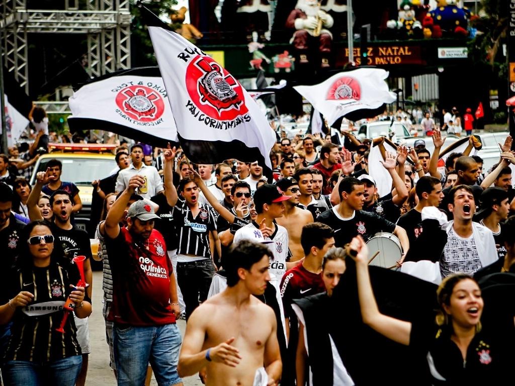 16.dez.2012 - Corintianos tomam a Avenida Paulista e comemoram título do Mundial de Clubes