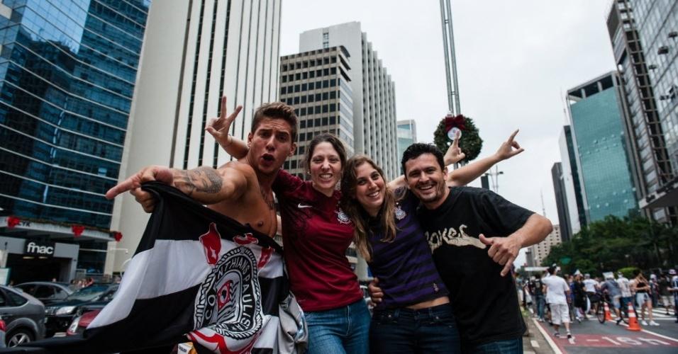 16.dez.2012 - Corintianos tomam a Avenida Paulista, em São Paulo, para comemorar a conquista mundial