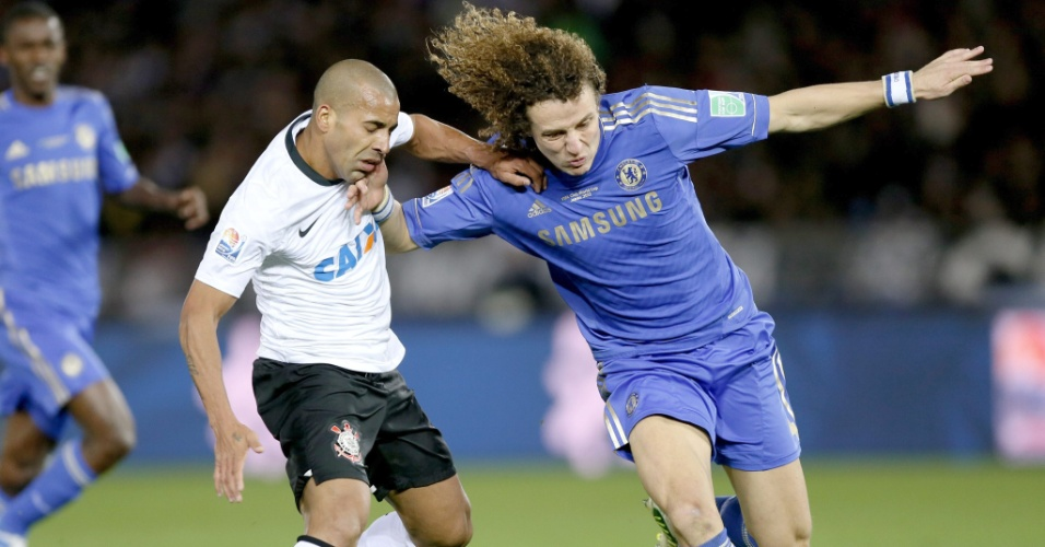 16.dez.2012 - David Luiz, zagueiro do Chelsea, disputa a bola com Emerson, atacante do Corinthians, na final do Mundial de Clubes entre os dois times