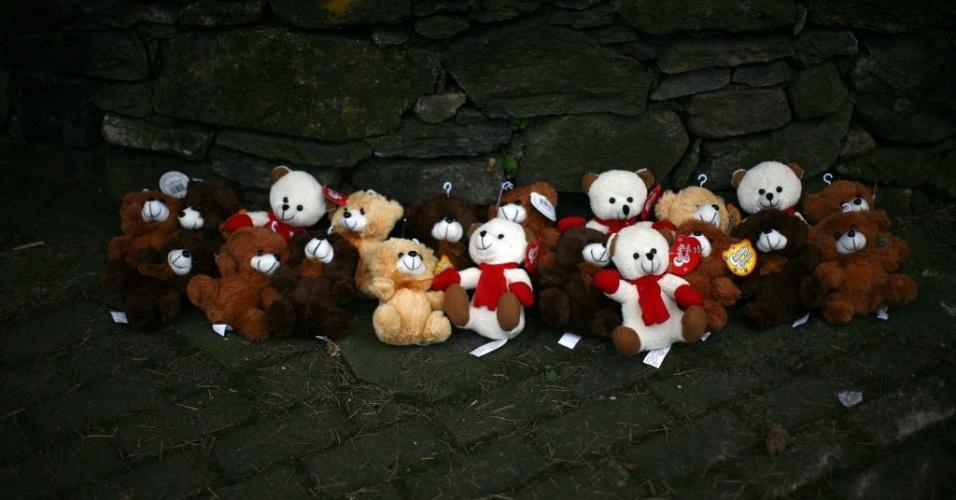 16.dez.2012 - Em rua de Newtown, ursos de pelúcia simbolizam as crianças mortos por atirador