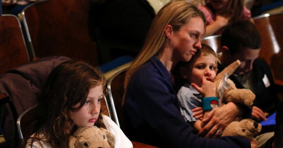 16.dez.2012 - Famílias fazem vigília noturna na Newtown High School, em Newtown, Connecticut (EUA), aonde o presidente norte-americano Barack Obama vem neste domingo (16). No local, haverá uma homenagem às vítimas do massacre da escola primária Sandy Hook, onde um atirador matou 26 pessoas, entre elas 20 crianças e se matou em seguida