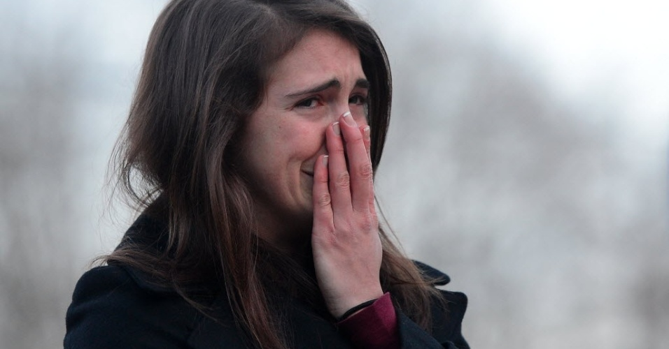 16.dez.2012 - Garota chora ao se aproximar do local do massacre de crianças e professoras na cidade de Newtown (EUA)