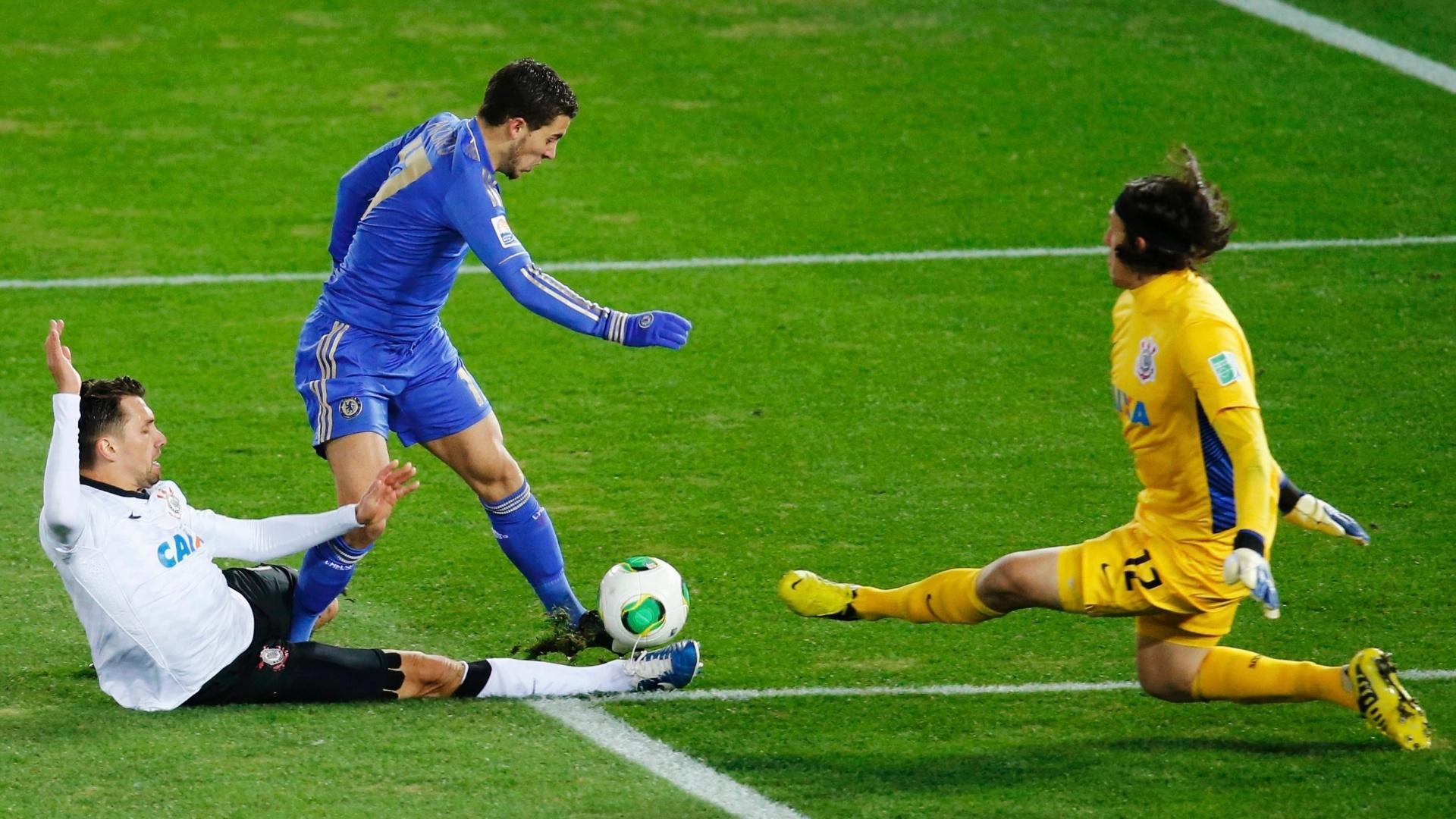 16.dez.2012 - Goleiro Cássio, do Corinthians, defende chute de Hazard, do Chelsea, durante a final do Mundial de Clubes da Fifa, em Yokohama, no Japão