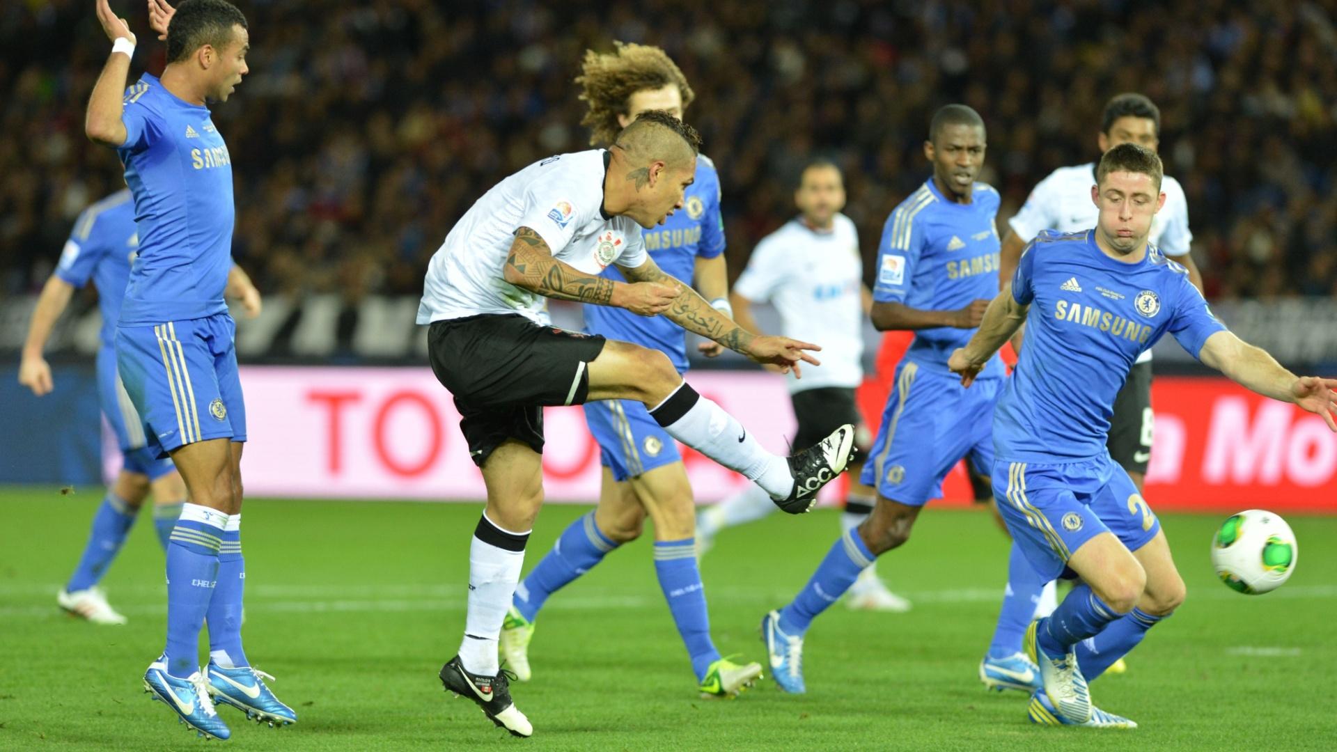 16.dez.2012 - Guerrero, do Corinthians, finaliza com perigo à direita do gol de Cech, do Chelsea, durante a final do Mundial de Clubes da Fifa, em Yokohama, no Japão
