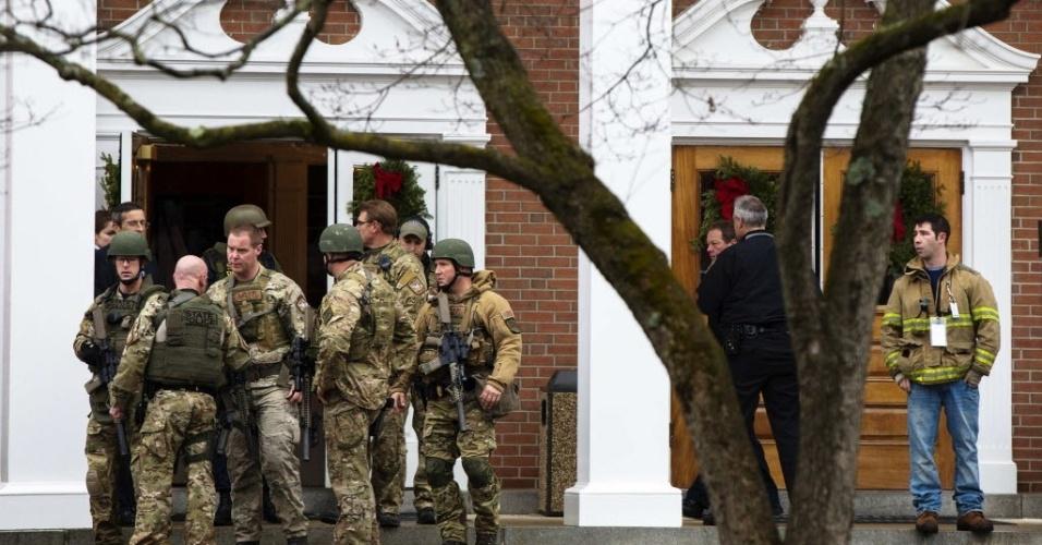 16.dez.2012 - Integrantes da polícia especial Swat atuam na igreja católica de Newtown após uma ameaça de bomba no local em que os parentes das vítimas do massacre buscam consolo espiritual