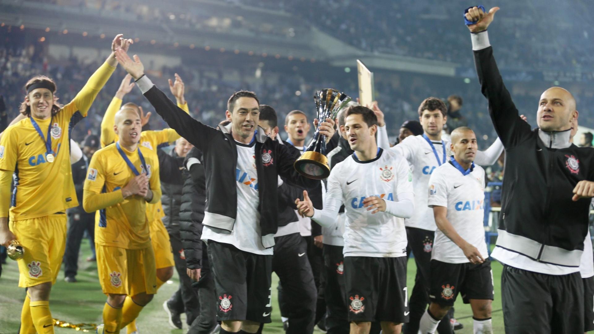 16.dez.2012 - Jogadores do Corinthians dão a volta Olímpica no Estádio Internacional de Yokohama após a vitória por 1 a 0 do Chelsea na final do Mundial de Clubes da Fifa