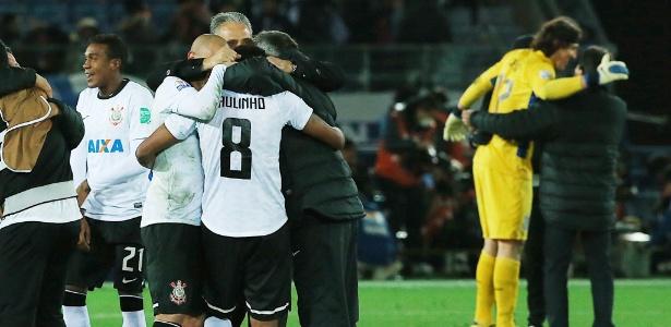 Jogadores do Corinthians e técnico Tite comemoram a conquista do Mundial de Clubes