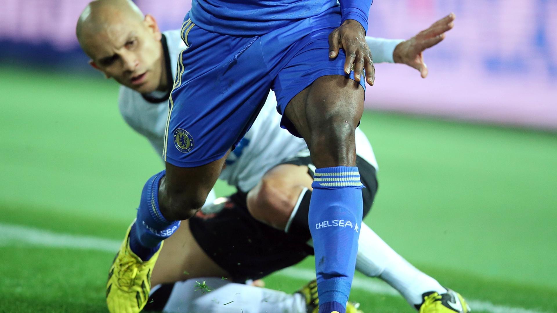 16.dez.2012 - Lateral Fábio Santos mostra aplicação na marcação sobre os jogadores do Chelsea durante a final do Mundial de Clubes da Fifa, em Yokohama, no Japão