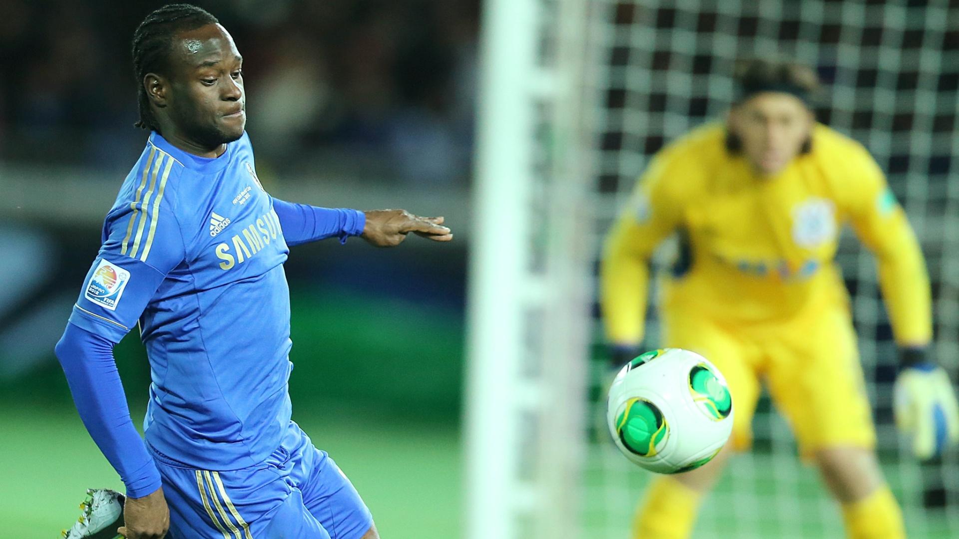 16.dez.2012 - Moses, do Chelsea, invade a área do Corinthians durante a final do Mundial de Clubes da Fifa, em Yokohama, no Japão