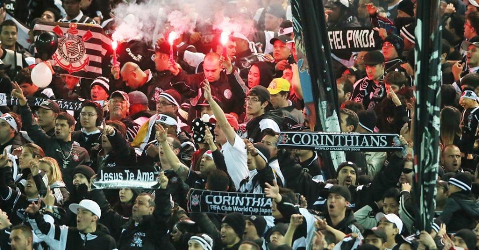 16.dez.2012 - No Estádio Internacional de Yokohama, no Japão, torcida do Corinthians festeja a conquista do Mundial de Clubes da Fifa