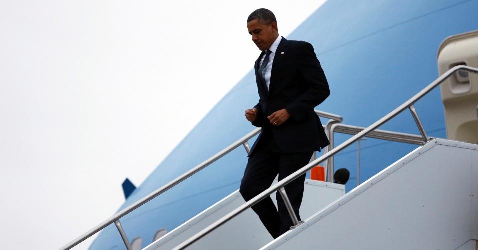 16.dez.2012 - O presidente norte-americano, Barack Obama, desce do avião presidencial Air Force One na cidade de East Granby, Connecticut (EUA), onde segue para Newtown, neste domingo (16). Na sexta-feira (14), um atirador matou 26 pessoas em uma escola primária da cidade. O tiroteio foi um dos mais trágicos da história do país