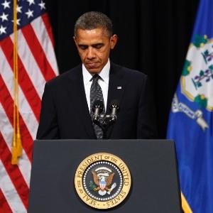16.dez.2012 - O presidente norte-americano, Barack Obama, discursa durante a vigília noturna na Newtown High School, em Newtown - Kevin Lamarque/Reuters