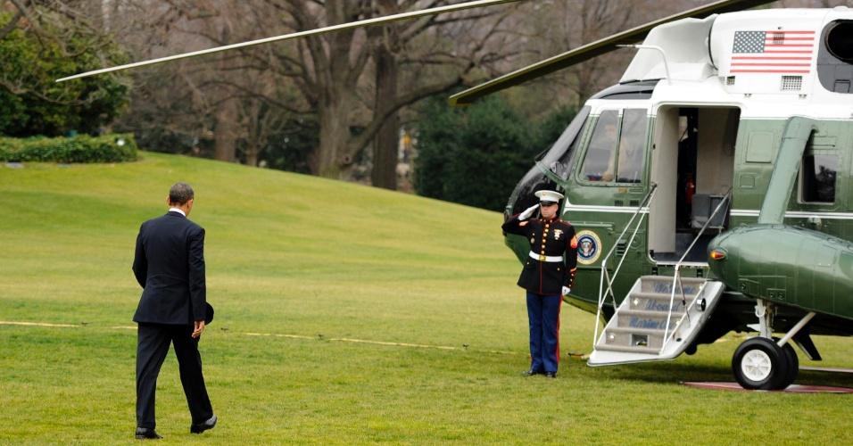 16.dez.2012 - O presidente norte-americano, Barack Obama, viaja de helicóptero para Newtown, em Connecticut (EUA), neste domingo. Na sexta-feira (14), um atirador matou 26 pessoas em uma escola primária da cidade. O tiroteio foi um dos mais trágicos da história do país