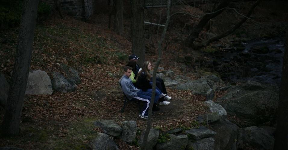 16.dez.2012 - Pessoas sentam em área próxima a Sandy Hook Elementary School, local do massacre de sexta