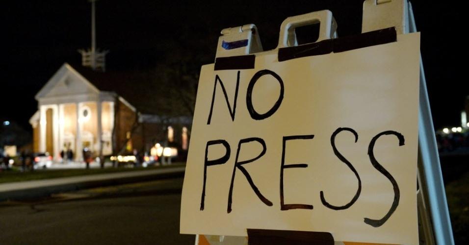 16.dez.2012 - Placa diante de igreja católica de Newtown restringe a entrada de imprensa durante missa em homenagem às vítimas de tiroteio na cidade