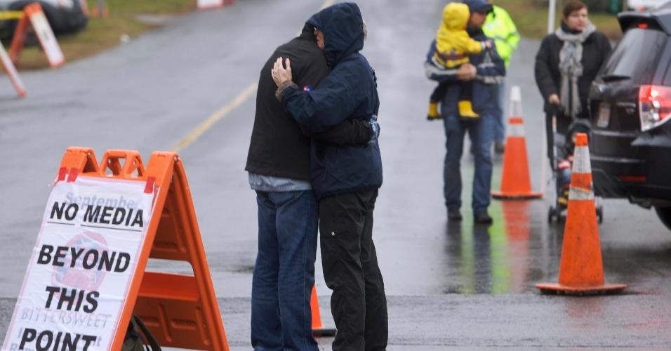 16.dez.2012 - Placa próxima a escola Sandy Hook, em Newtown, Connecticut (EUA), restringe a entrada de imprensa no local neste domingo. A escola foi palco do massacre de 26 pessoas, entre elas 20 crianças, cometido por um atirador na sexta-feira (14)