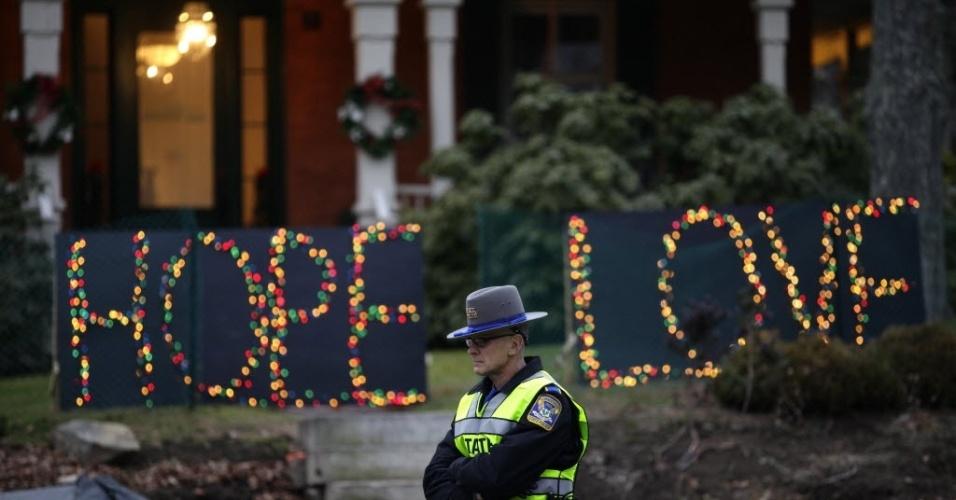 16.dez.2012 - Policial controla cruzamento na cidade de Newtown diante de luminária natalina na cidade que foi palco de massacre a tiros de crianças e professores