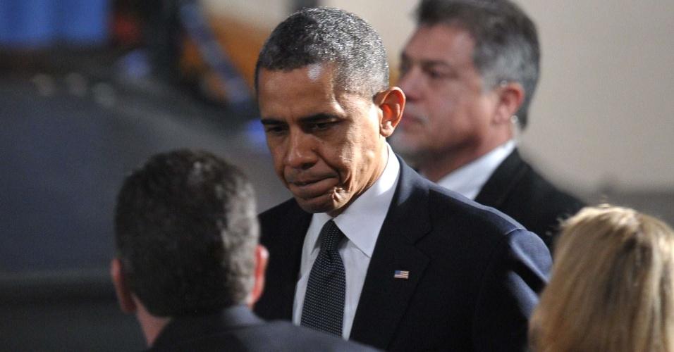 16.dez.2012 - Presidente norte-americano, Barack Obama, chega à vigília noturna na Newtown High School, em Newtown, Connecticut (EUA) na noite deste domingo (16). No local, haverá uma homenagem às vítimas do massacre da escola primária Sandy Hook, onde um atirador matou 26 pessoas, entre elas 20 crianças e se matou em seguida, na sexta-feira (14)