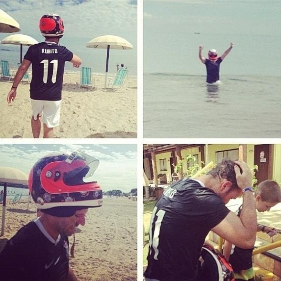 16.dez.2012 - Rubens Barrichello paga promessa após título mundial do Corinthians e entra no mar de capacete