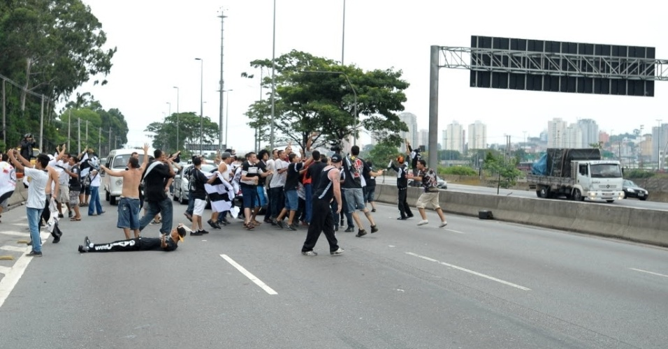16.dez.2012 - Torcedores corintianos fazem festa no meio da rua no Bom Retiro para comemorar título mundial