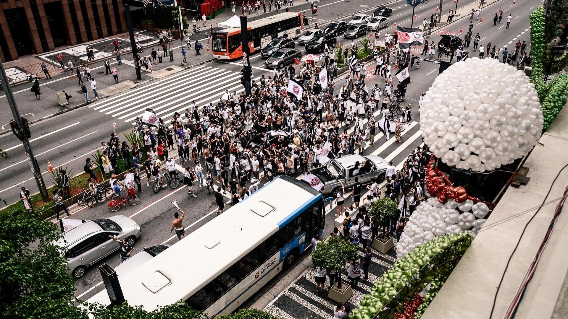 16.dez.2012 - Torcedores do Corinthians se reúne em pista da Avenida Paulista para comemorar o bicampeonato mundial