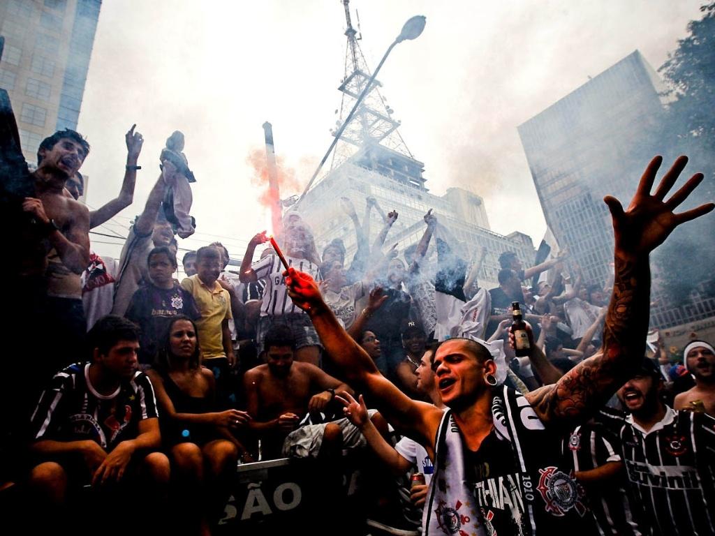 16.dez.2012 - Torcedores do Corinthians tomam a Avenida Paulista e fazem festa com sinalizadores