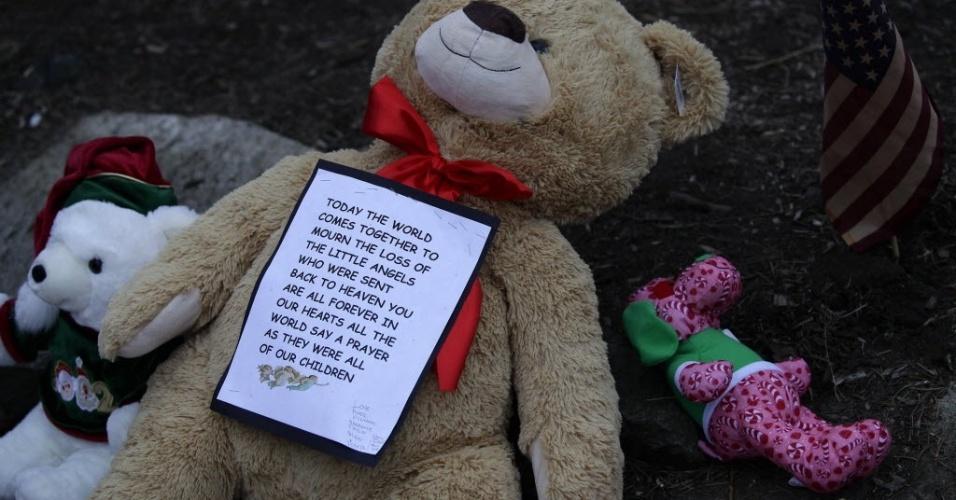 16.dez.2012 - Ursinho de pelúcia com mensagem foi depositado em memorial na cidade de Newtown, onde 12 meninas, oito garotos e seis adultos foram mortos em escola primária