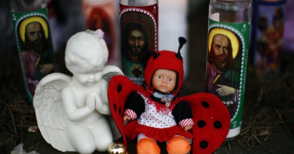 16.dez.2012 - Velas e bonecas se misturam em altar para homenagear as vítimas do massacre em Newtown