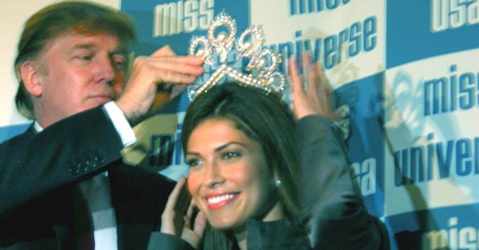 A panamenha Justine Pesak é coroada Miss Universo 2012 pelas mãos de Donald Trump durante coletiva de imprensa em Nova York. Originalmente vice-campeã, a miss assumiu o posto depois da russa Oxana Fedorova ser destronada