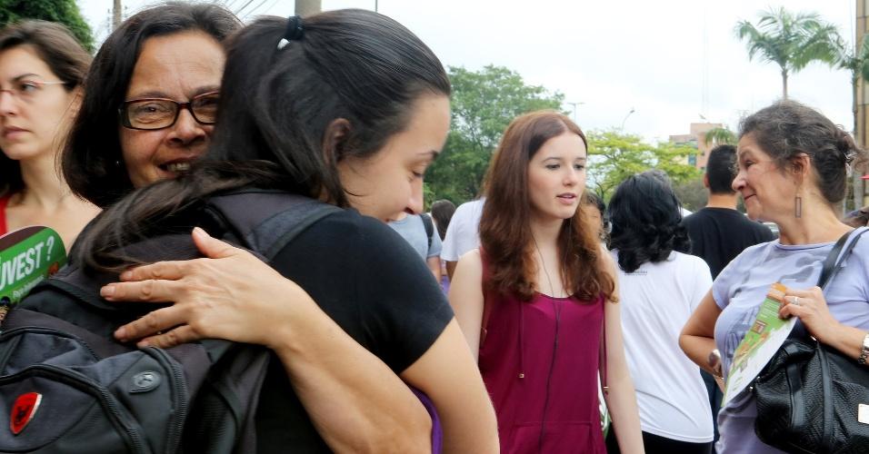 Alessandra, 19, ganha um abraço de boa sorte de sua mãe; a garota tenta uma vaga de letras no vestibular 2013 da Unesp neste domingo (16)