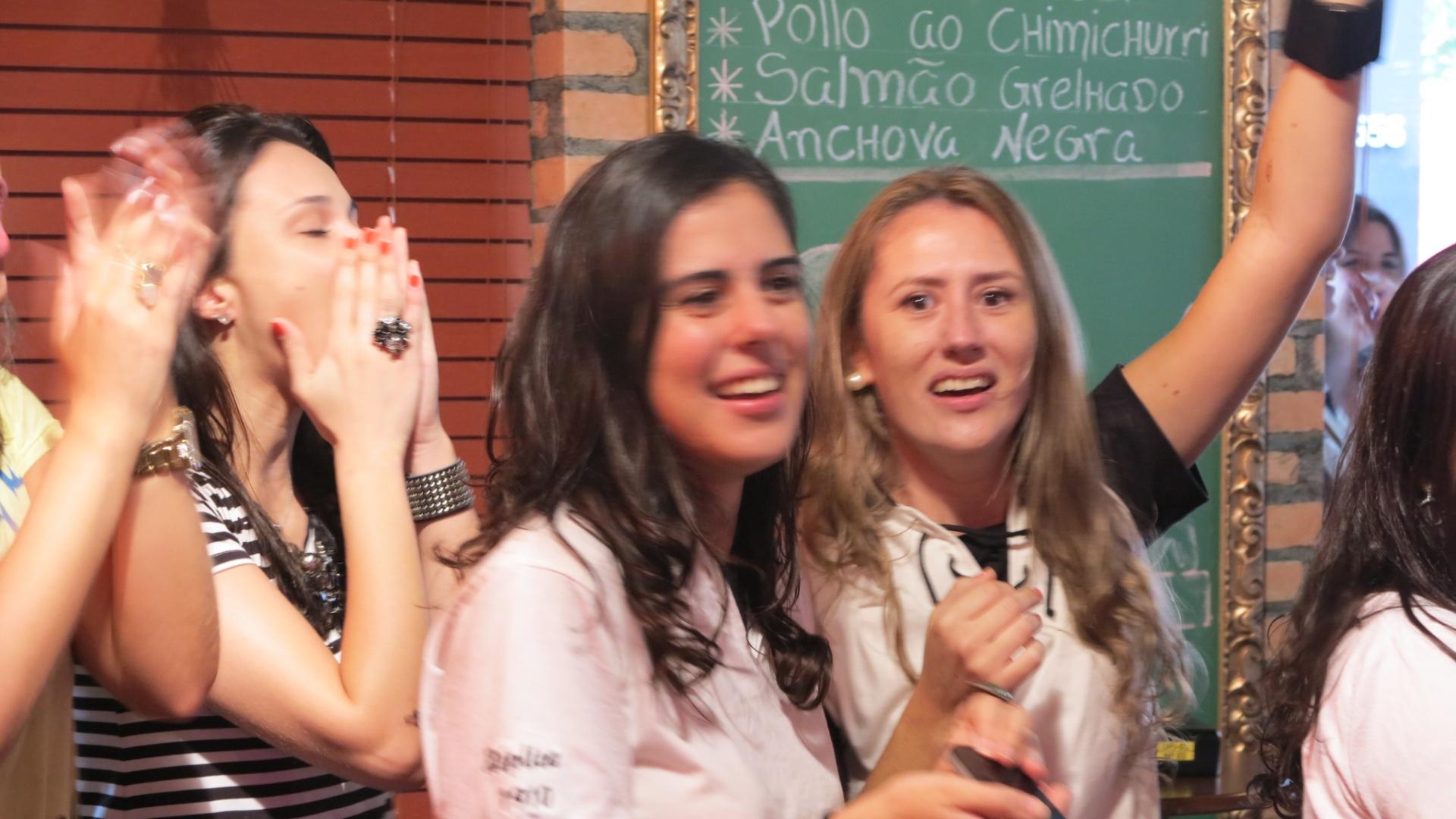 Mulheres comparecem em peso ao bar Buddies, no Itaim, zona sul de São Paulo, para acompanhar o Corinthians no Mundial
