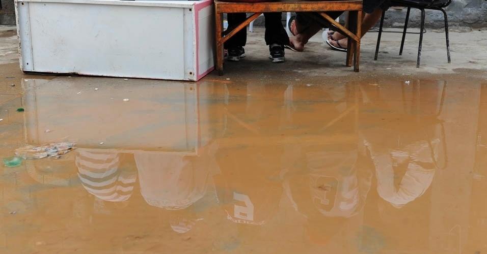 Na Comunidade da Paz, chuvas castigaram a quadra, mas as poças não evitaram o encontro de corintianos