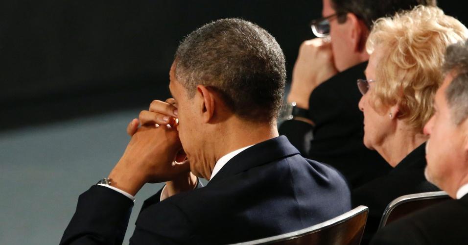 O presidente norte-americano, Barack Obama, reza durante a vigília noturna na Newtown High School, em Newtown, Connecticut (EUA) na noite deste domingo (16). No local, um culto ecumênico é realizado em memória das vítimas do massacre da escola primária Sandy Hook, onde um atirador matou 26 pessoas, entre elas 20 crianças e se matou em seguida, na sexta-feira (14)