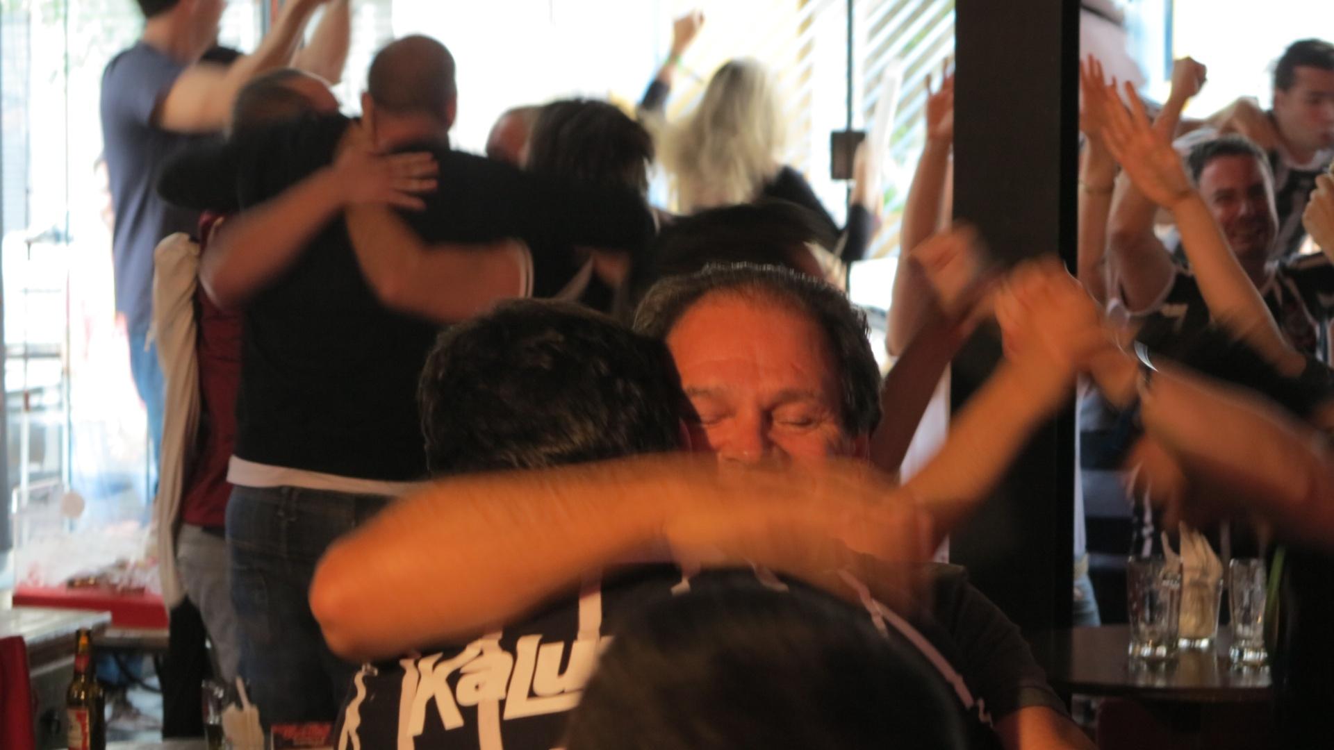 Corintianos se abraçam após o gol de Paolo Guerrero na final do Mundial Interclubes
