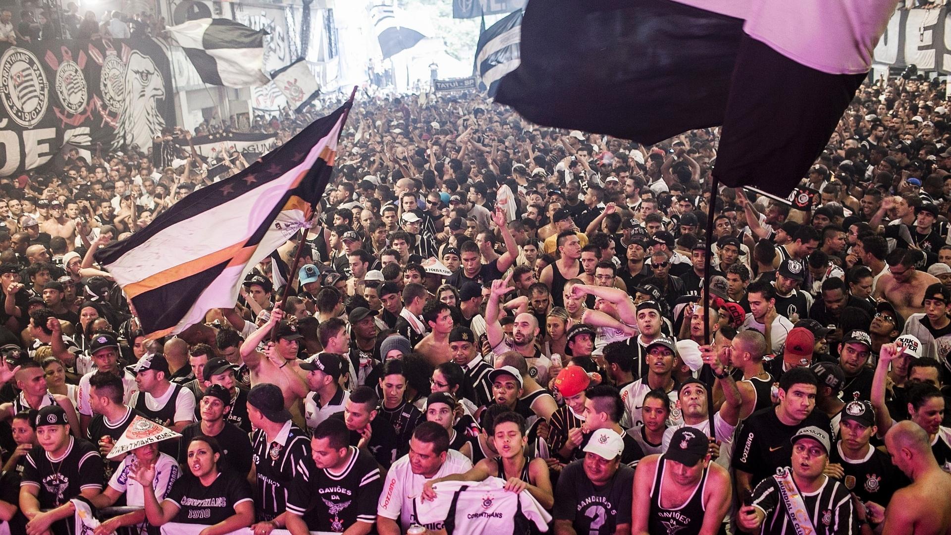 Torcedores do Corinthians chegaram à quadra da Gaviões no início da madrugada