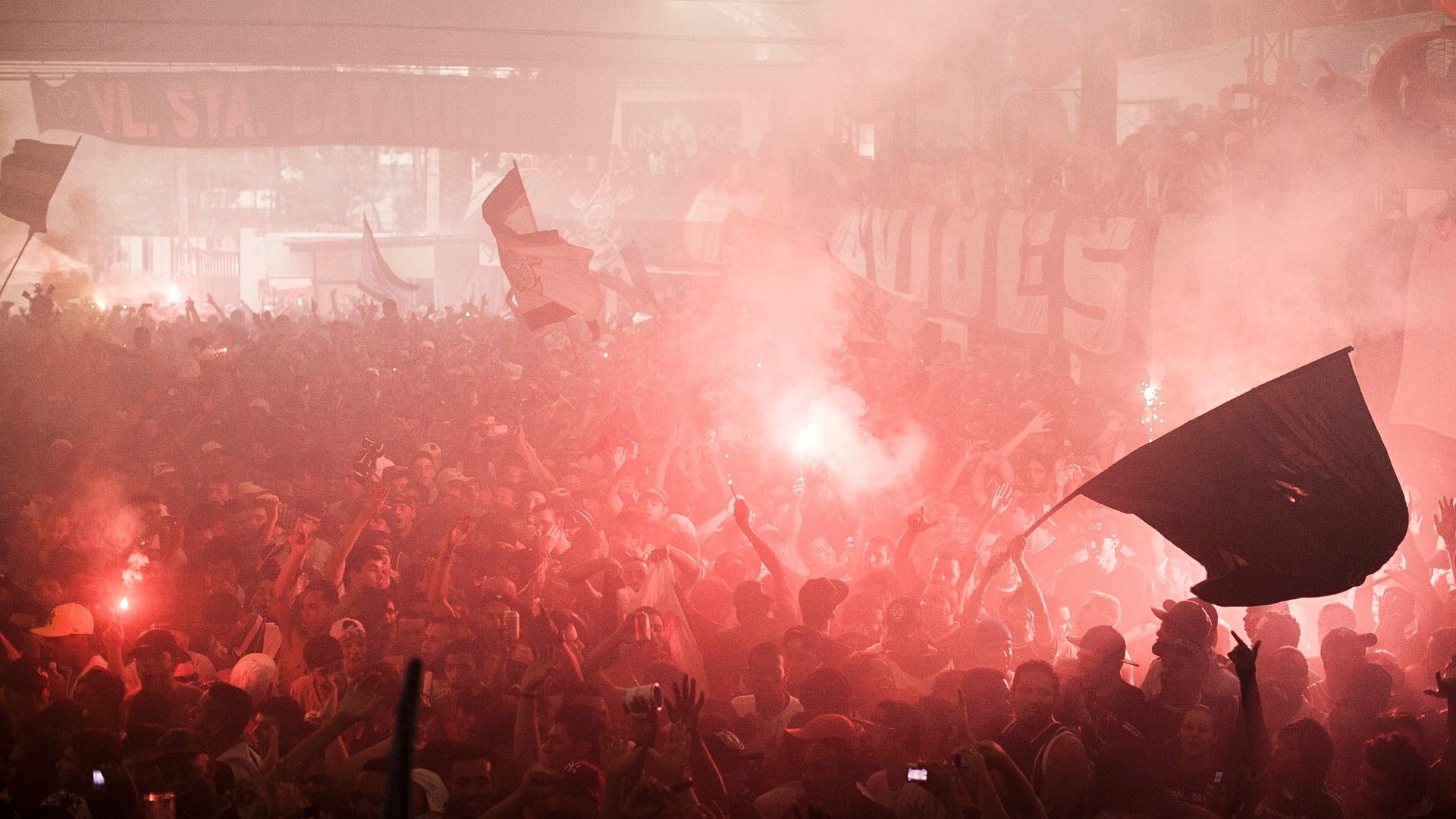 Torcedores do Corinthians faz festa com sinalizadores em São Paulo durante a final do Mundial de Clubes contra o Chelsea
